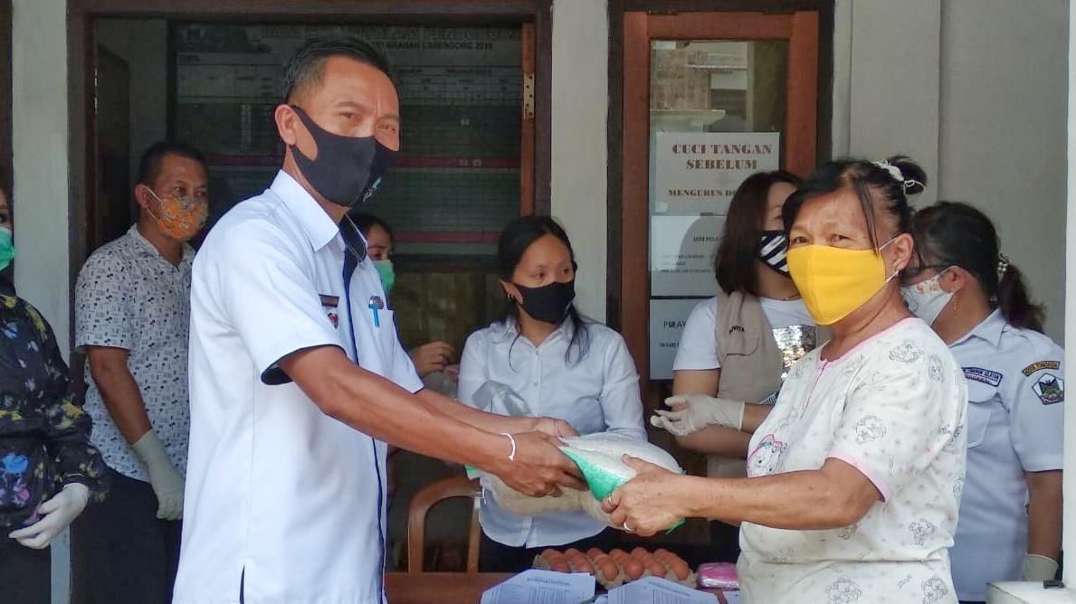 Disalurkan, 375 Keluarga Terdampak Covid-19 di Kelurahan Lahendong Terima Bantuan