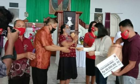 Terdamapak Covid 19 Djein Rende Bantu Lima Jemaat Wilayah Tombatu